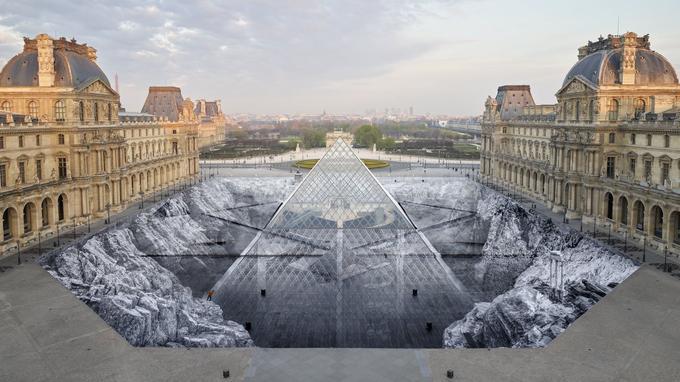 JR desvenda os segredos da pirâmide do Louvre com uma colagemgigante